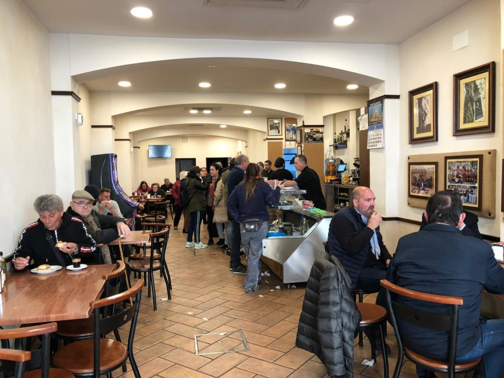 El bar se encuentra cada mañana atestado de clientes que demandan sus famosos desayunos. Foto: CosasDeComé.