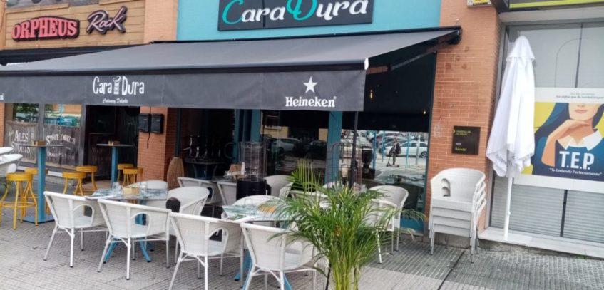 Caradura cuenta con una amplia terraza donde sirven almuerzos, meriendas y cenas. Foto cedida por el establecimiento.