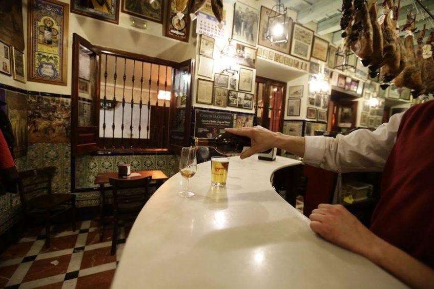 En sus comienzos Las Teresas fue un ultramarinos, aunque finalmente acabó transformado en bar. Foto cedida por el establecimiento.