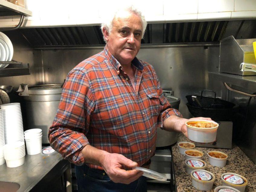 Manuel Guerrero, Capote, elabora unos 500 kilos del plato típico visueño cada semana. Foto: CosasDeComé