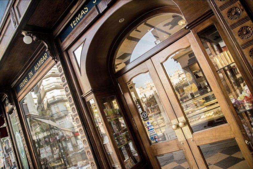 La familia de Antonio Hernández Merino, su fundador de la Campana, continúa la gestiona gestionando este señero establecimiento desde 1885. Foto cedida por Confitería La Campana.