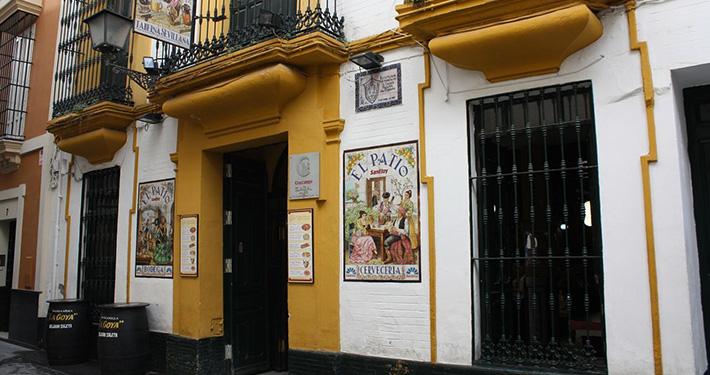 Montaditos, chacinas y tapas de esencia andaluza definen la oferta del Patio de San Eloy. Foto cedida por el establecimiento.