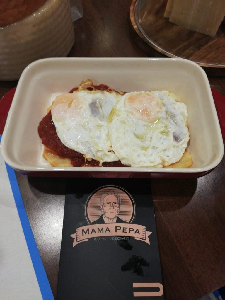 Cazuela Mamá Pepa: base de patatas, tomate frito natural huevos fritos. Foto cedida por el establecimiento.