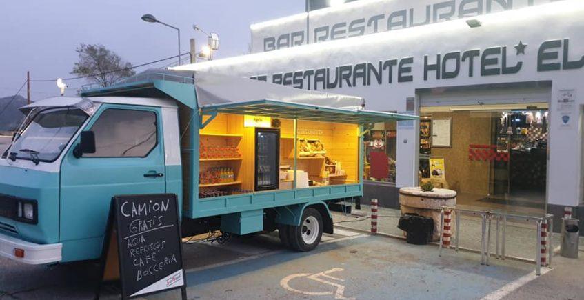 Un bar de Lora de Estepa monta una gastroneta con café y productos gratuitos para los transportistas