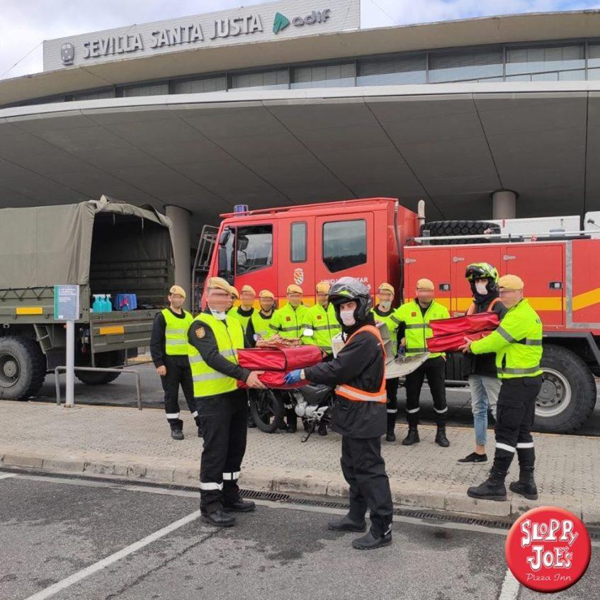 Efectivos de la UME reciben sus pizzas en la estación de trenes de Santa Justa. Foto cedida por el Sloopy's Joe