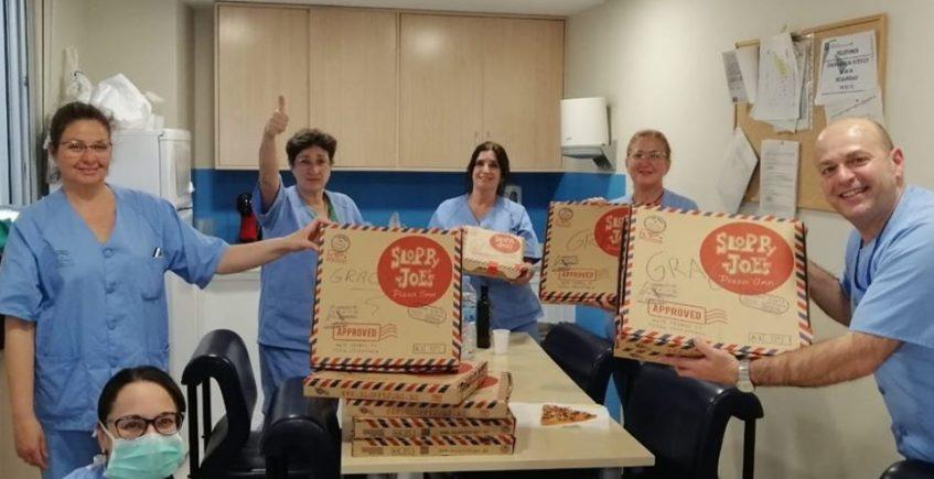 Sloppy Joe's regala pizzas a efectivos de la UME y a sanitarios de Virgen del Rocío y Macarena