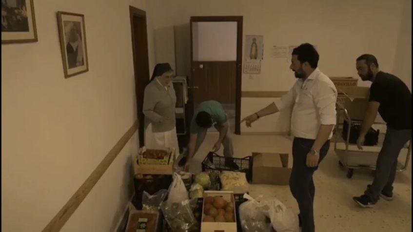 Entrega de los productos perecederos de María Trifulca a un comedor social. Imagen del vídeo cedido por el establecimiento.