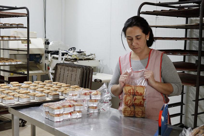 En panadería Pedro y Conchi limitan la producción del dulce a Cuaresma y Semana Santa y los venden en paquetes de seis unidades. Foto cedida por el Consistorio estepeño