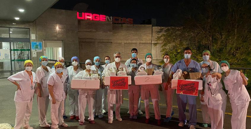 Los Baltazares le lleva la cena al turno de noche de Urgencias del hospital de Valme