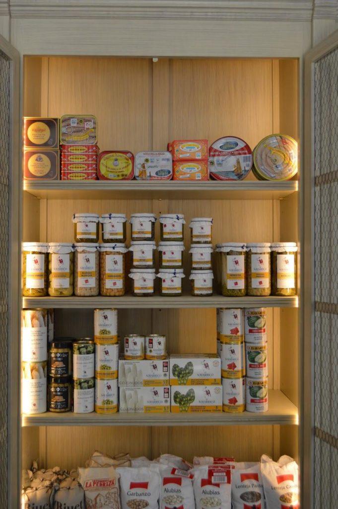 Conservas, salazones, legumbres, aceites, quesos y embutidos completan la oferta del local. Foto cedida por Casa Tarín