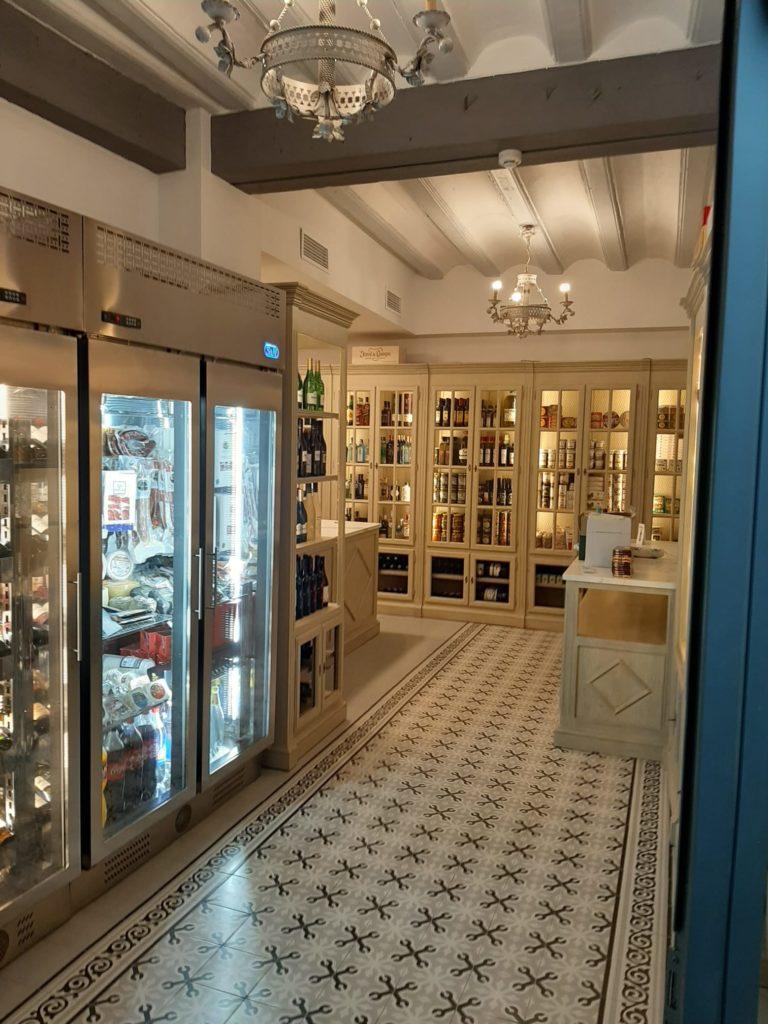 Suelos hidráulicos, techos de vigas y vitrinas con mallas conforman la ambientación nostálgica de esta nueva tienda. Foto cedida por Casa Tarín