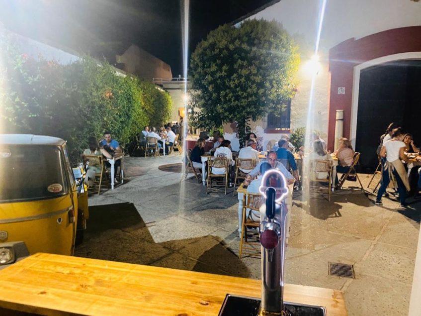 Las noches en Damajuana son relajadas y con una distancia de seguridad entre sus 15 mesas. Foto cedida por el establecimiento