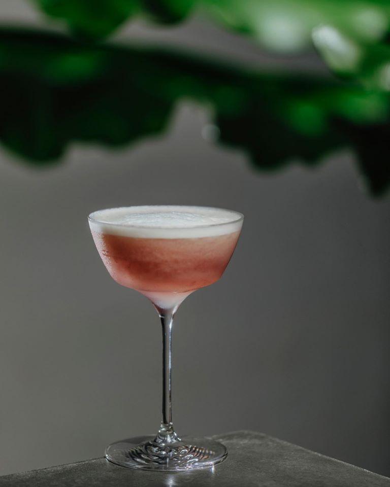 Pisco sour de ruibarbo y shiso, uno de los nuevos cócteles de Meridional. Foto cedida por el establecimiento