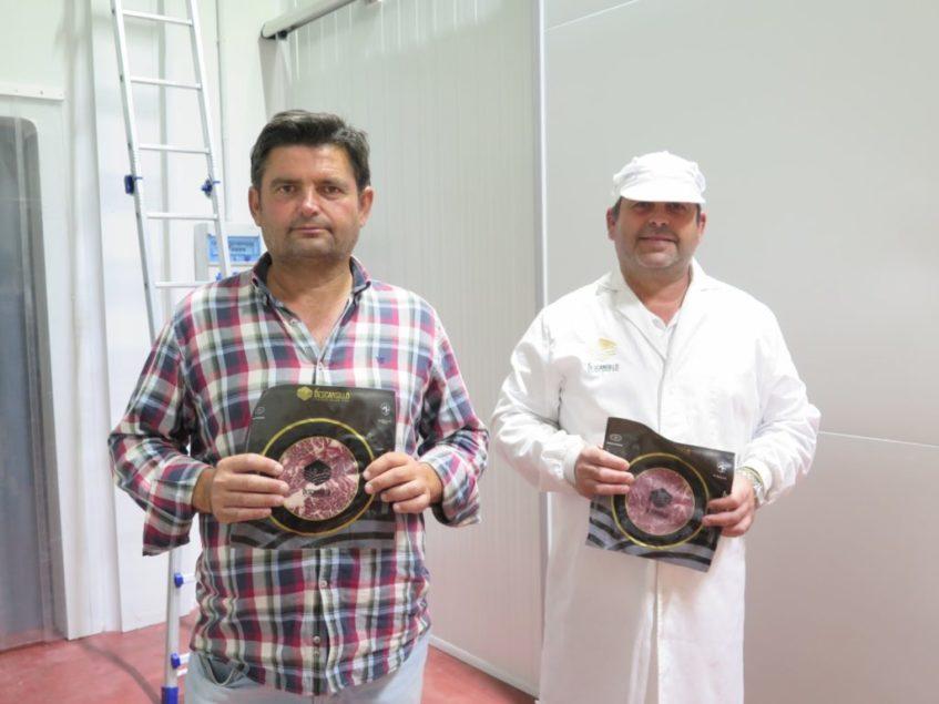 Manolo y Fidel Barrera posan junto al nuevo formato de 500 gramos que utilizan para envasar gran parte de sus productos. Foto: CosasDeComé.