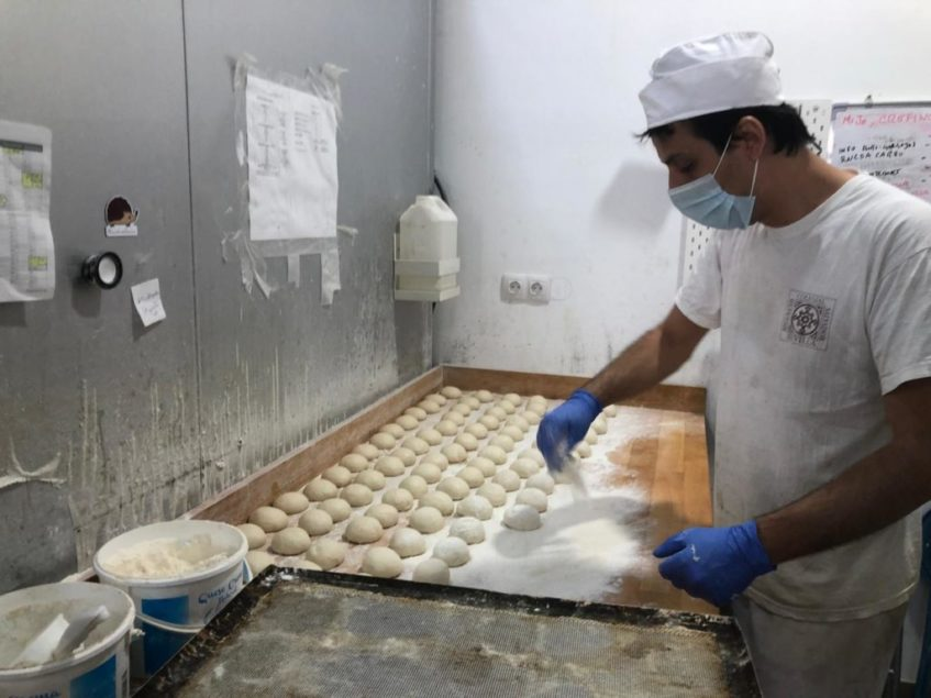 Fabio Repetto durante la elaboración de sus molletes. Foto: CosasDeComé