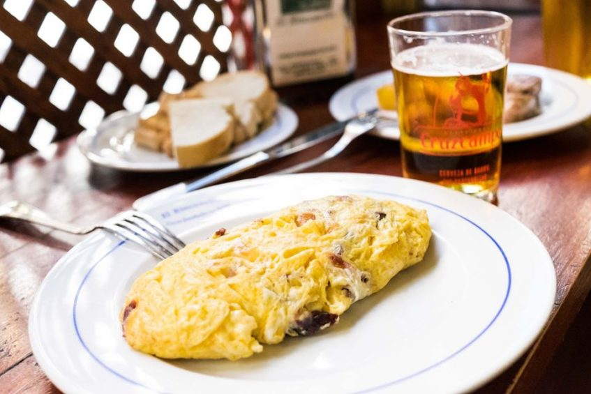 Elaboran tortillas con espárragos trigueros, queso manchego, chorizo, champiñón, bonito en aceite o jamón serrano. Foto cedida por el Rinconcillo