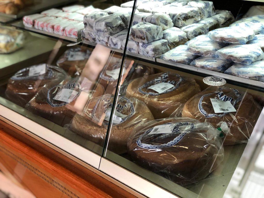 Los bizcochos y brazos gitanos ocupan un lugar preferente en la vitrina de la panadería Torres. Foto: CosasDeComé