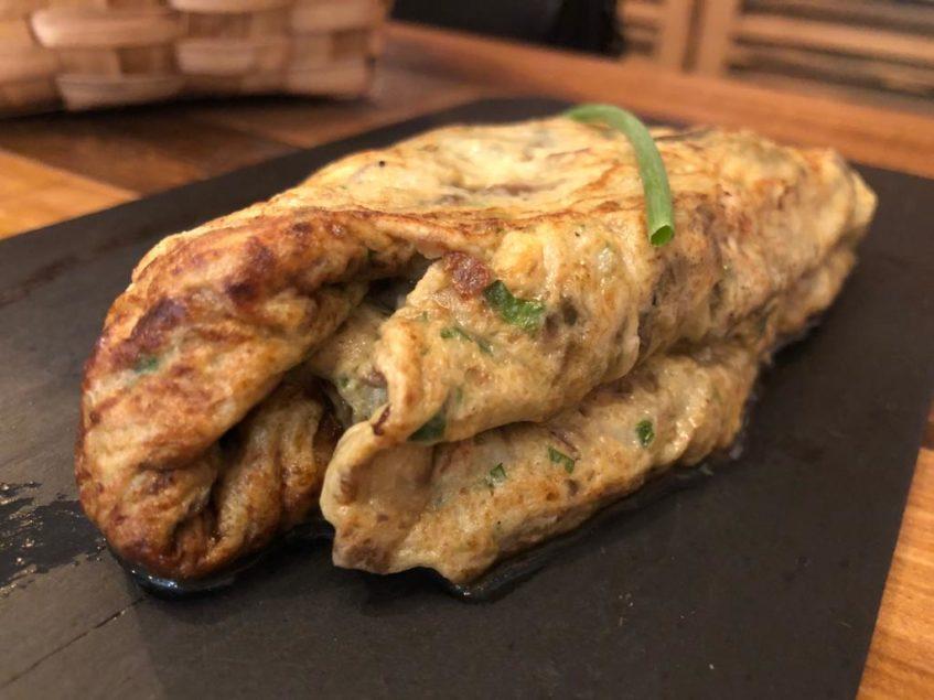 La tortilla de bacalao, una de las elaboraciones estrella de Orio. Foto: CosasDeComé