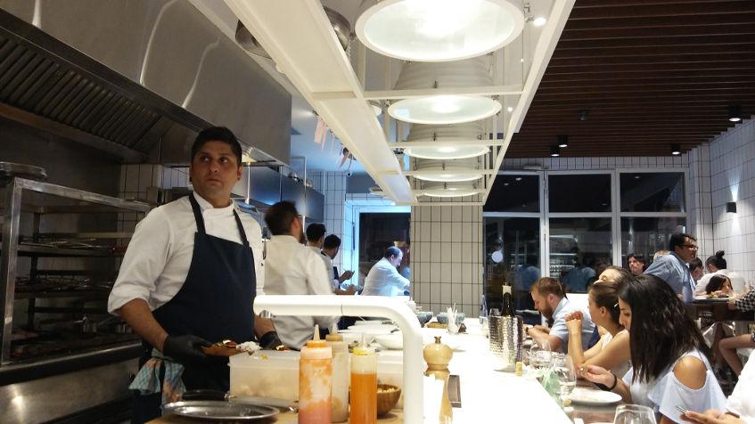 También en Cañabota la experiencia gastronómica tiene a la barra como protagonista. Foto: CosasDeComé