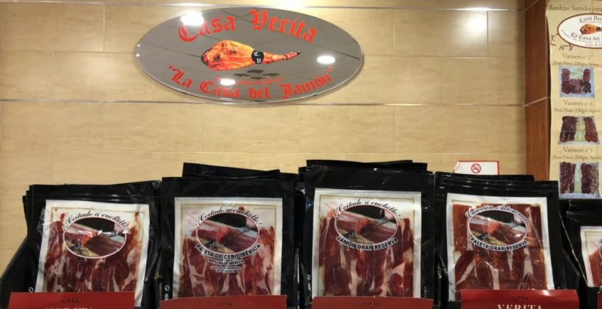 Mostrador de la tienda de Casa Verita con jamones para todos los bolsillos. Foto: CosasDeComé