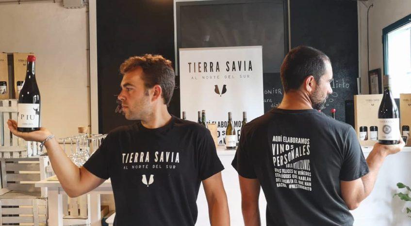 Ingeniero agrícola y arquitecto, José Antonio Acosta y Pedro Cano comenzaron a elaborar sus vinos al regresar a su Cazalla natal en 2013. Foto cedida por Tierra Savia