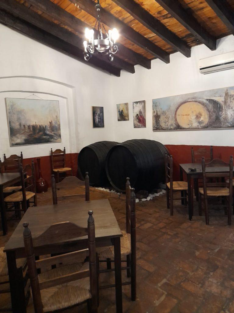 El establecimiento conserva su estructura de antigua bodega a la que se añade decoración rociera. Foto cedida por el establecimiento