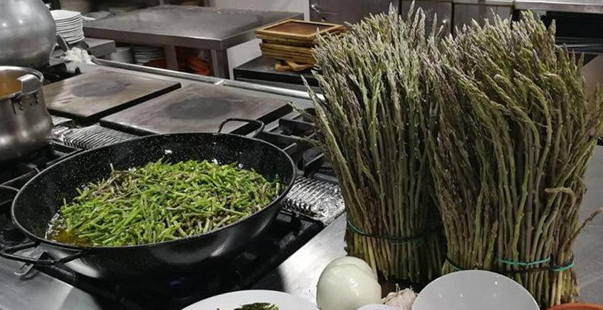 Empieza la temporada de espárragos silvestres en el restaurante Los Cuevas