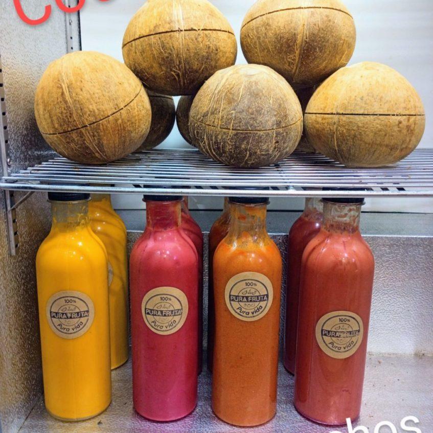 Cocos tailandeses y surtido de gazpachos de Pura Fruta. Foto cedida por el establecimiento