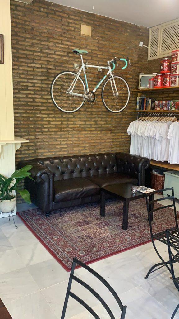 Rincón dedicado a la venta de ropa y suplementos alimenticios. Foto cedida por La Flaca
