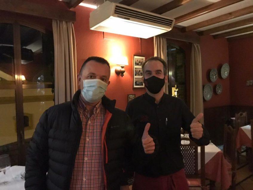 El galardonado de 'A tu salud' junto a David Ortiz, de Deli. Foto cedida por el establecimiento