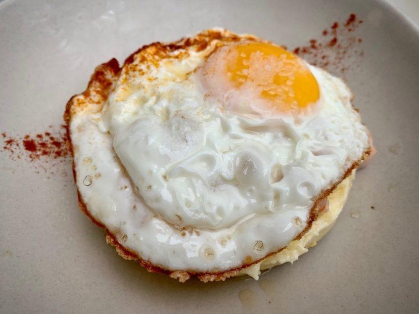 Ensaladilla de langostinos con huevo frito, pimentón y AOVE de Lalola. Foto cedida por el establecimiento