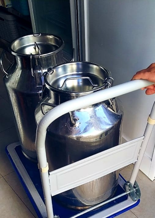 Conchita utiliza cuatro cántaras de leche fresca diaria en la quesería. Foto cedida por el establecimiento