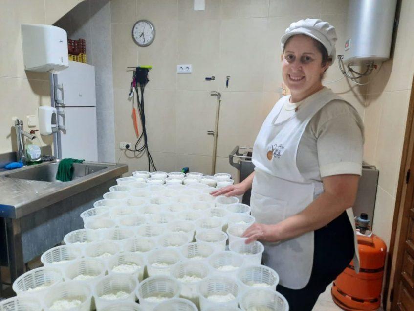 Conchita Saldaña durante la elaboración de sus quesos. Foto cedida por el establecimiento