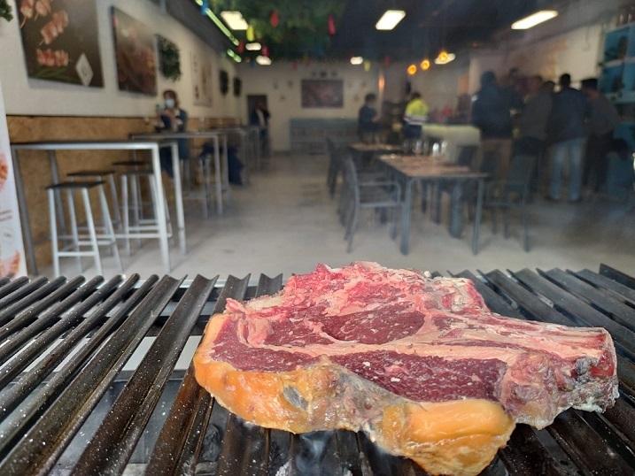 La sala degustación hace las veces de asador a la vista del cliente. Foto cedida por el establecimiento
