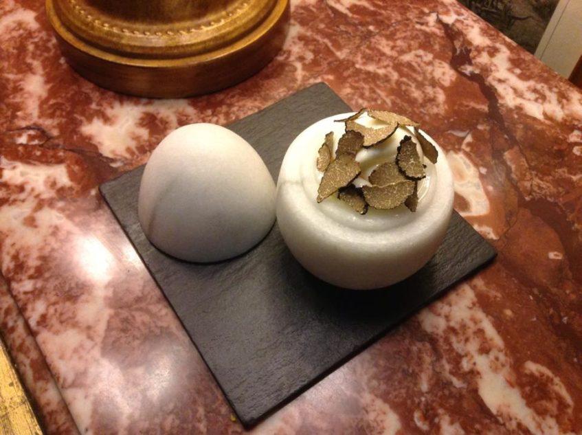 Huevo poché con trufa. Foto cedida por el establecimiento