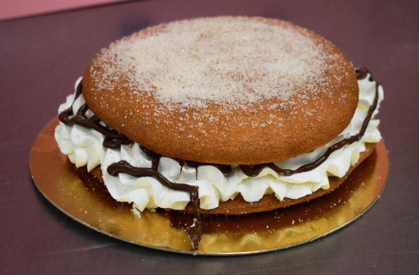 El mostachón se reinventa: mostachonazo de nata y chocolate de Cordero. Foto cedida por confitería Cordero