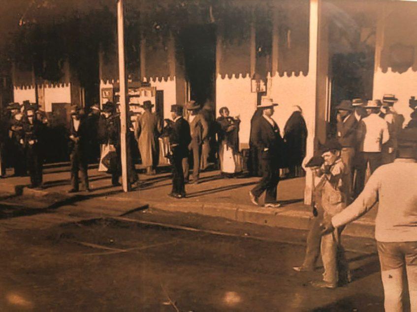 Los utreranos comenzaron a vender sus dulces típicos en los distintos ferrocarriles que tenían parada en el municipio. Foto cedida por la confitería Diego Vázquez