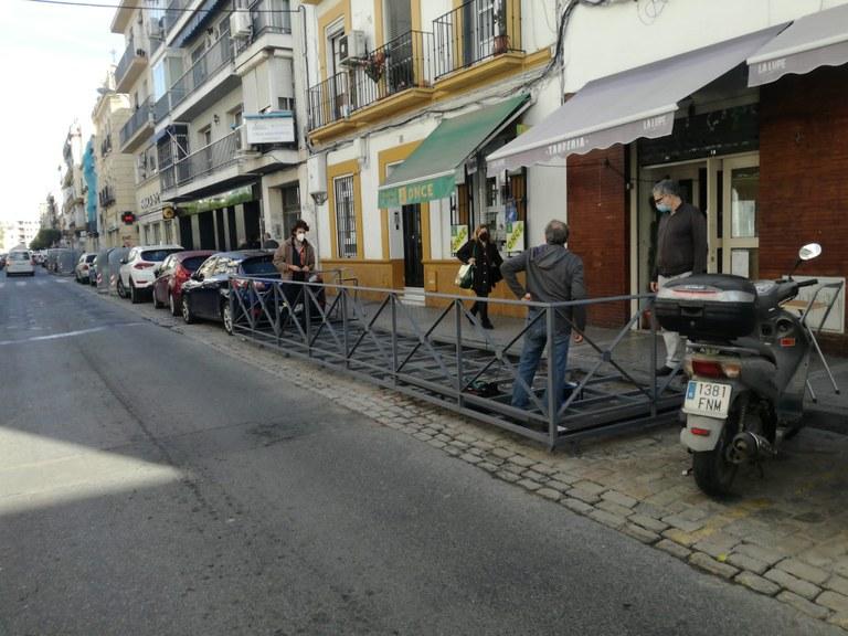 La imagen de la colocación de las plataformas sobre las que se descansan mesas y sillas se repite por la ciudad. Foto cedida por la AHS