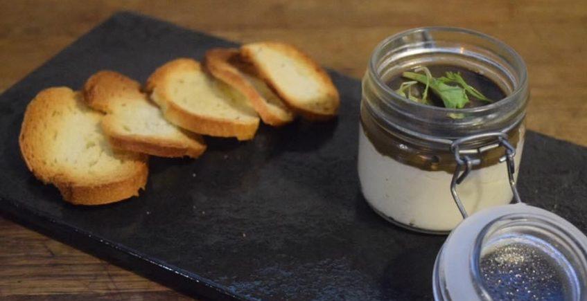 Paté de brandada de bacalao con olivada de Besana Tapas. Foto cedida por el establecimiento