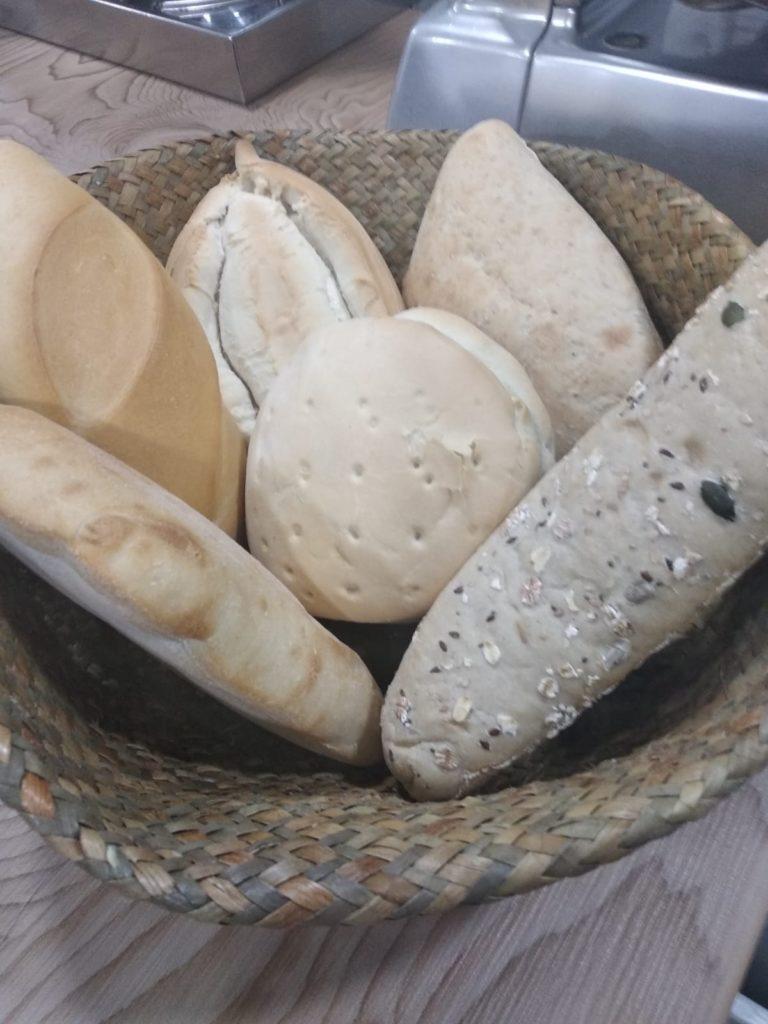 Selección de panes de La Algaba del establecimiento. Foto cedida por Maridaje Bodeguita