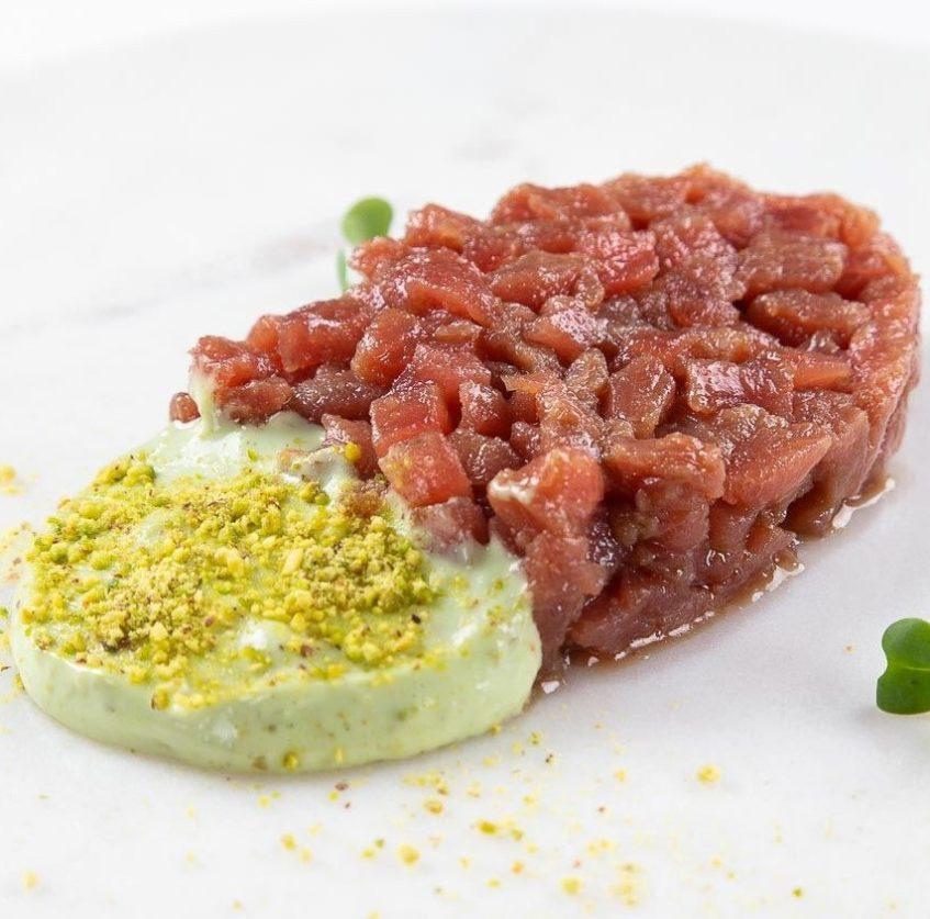 Tartar de atún rojo con tártara de pistachos. Foto cedida por María Trifulca