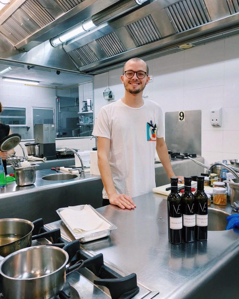 Miguel Zamora posa con el Vinagre de Jerez. Foto cedida por la Escuela de Hostelería de Sevilla