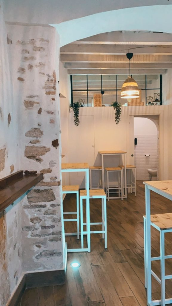 Las mesas altas y la zona de barra son protagonistas de La Despensa de Besana. Foto cedida por el establecimiento