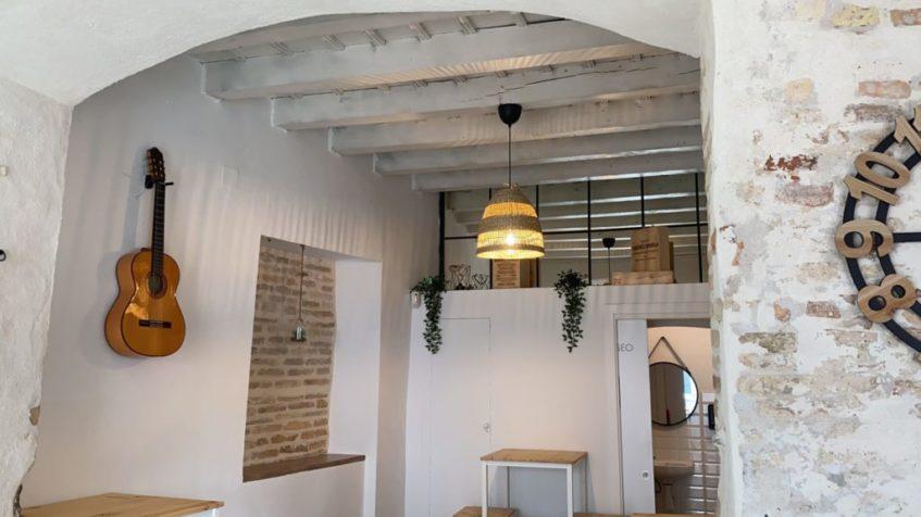 El interior mantiene similitudes con Besana Tapas aunque con cierto toque costumbrista. Foto cedida por el establecimiento