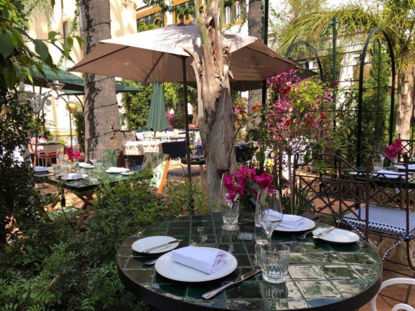 El restaurante cuenta con amplios jardines donde se sirven actualmente los almuerzos y cenas. Foto: CosasDeComé