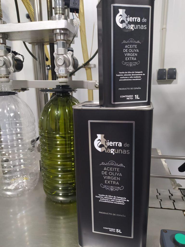 Los dos tamaños de las latas de aceite, de variedad picual. Foto cedida por la empresa