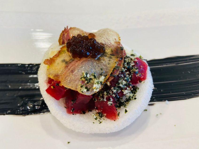 Atún rojo, panceta ibérica de bellota y migas de alga Nori. Foto cedida por La Parpatana