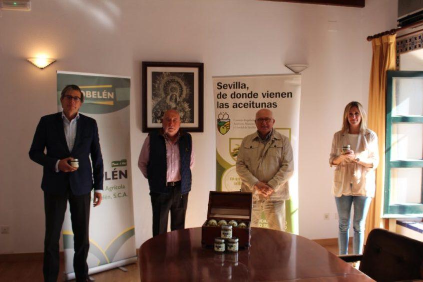 Los representantes de Cobelén y de la IGP de las aceitunas sevillanas durante la presentación oficial de las primeras. Foto cedida por la Indicación Geográfica Protegida