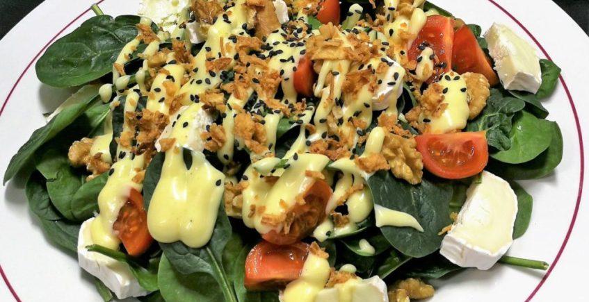 Ensalada de espinacas, queso de cabras, nueces y salsa agridulce de mostaza