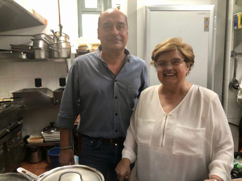 Isabel Bermudo junto a su hijo Alberto García en la cocina del bar Goya. Foto: CosasDeComé